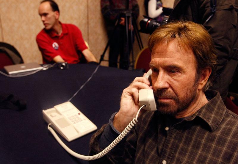 Chuck norris telephoniert nicht er spricht zur welt