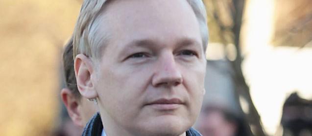 Julian Assange auf dem Weg zum Gericht